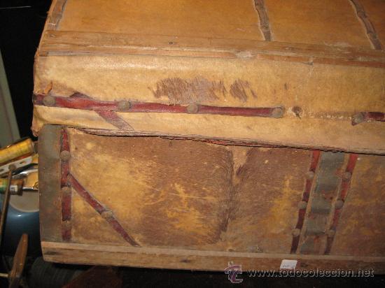 Antigüedades: Baúl antiguo de madera con cantoneras y tachuelas Medidas: 107x53x40cm.- para restaurar - Foto 3 - 34642881