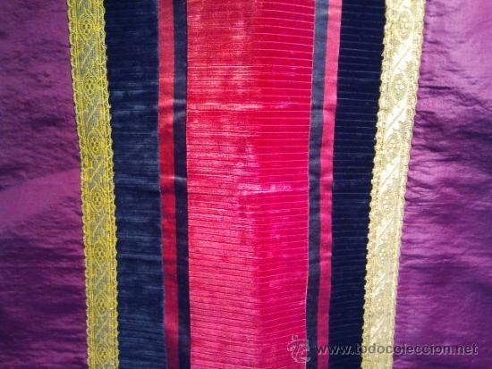 Antigüedades: Casulla de seda granate con bandas de terciopelo rojo y negro y galón dorado. - Foto 3 - 34651042