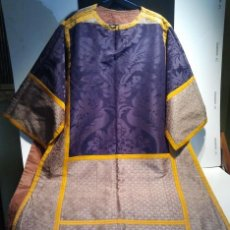 Antigüedades: DALMÁTICA DE SEDA MORADA CON FLORES Y GALÓN AMARILLO. SIGLO XIX.. Lote 34651416