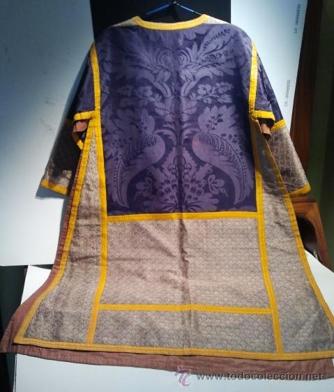 Antigüedades: Dalmática de seda morada con flores y galón amarillo. Siglo XIX. - Foto 2 - 34651416