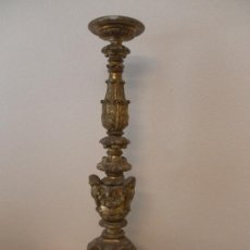 Antigüedades: CANDELABRO BARROCO DE MADERA. SIGLO XVII / XVIII. MADERA ESTUCADA Y POLICROMADA.. Lote 34685603