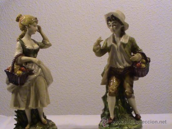 PRECIOSA PAREJA DE CAMPESINOS PORCELANA TIPO BISCUIT. (Antigüedades - Hogar y Decoración - Figuras Antiguas)