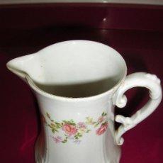 Antiques - Jarra de ceramica blanca con decoraciones florales. Base cuadrada. - 34703228
