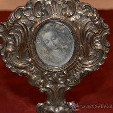Antigüedades: ANTIGUO RELICARIO DE PLATA PUNZONADA SOBRE PEANA DE MADERA. Lote 34832713
