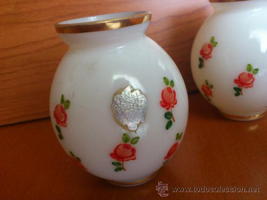 Antigüedades: Antiguos floreros de vidrio opalino pintado a mano con motivos florales - Foto 2 - 34852012