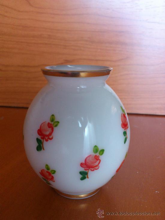 Antigüedades: Antiguos floreros de vidrio opalino pintado a mano con motivos florales - Foto 3 - 34852012