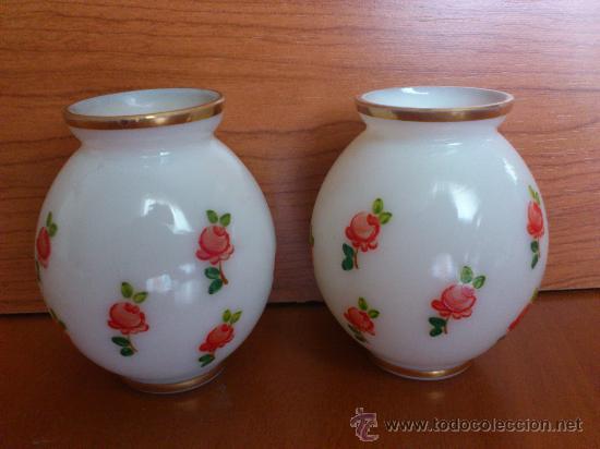 Antigüedades: Antiguos floreros de vidrio opalino pintado a mano con motivos florales - Foto 4 - 34852012