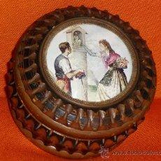 Antigüedades: MADERA TALLADA .PRECIOSO JOYERO DIBUJO HECHO A MANO CUBIERTA DE CRISTAL,FOTO INTERIOR. Lote 34943781