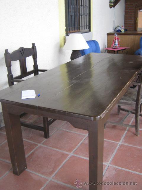 Mesa de comedor en madera de pino estilo rústico.