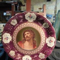 Antigüedades: GRAN PLATO DE PORCELANA CON LA CARA DE CRISTO EN EL CENTRO FLORES PINTADAS BORDES . Lote 35019760