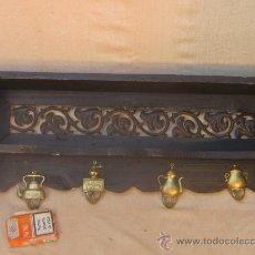 Antigüedades: REPISA PERCHERO EN MADERA HIERRO DE FORJA Y LATON. Lote 35049016