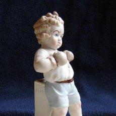 Antigüedades: ANTIGUA FIGURA DE BISCUIT. SIGLO XX. NIÑO BOXEADOR. EXTRAORDINARIA PIEZA DE COLECCION. Lote 35213477