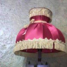 Antigüedades: ANTIGUA LAMPARA CON PIE EN FORMA DE RUECA DE MADERA,TULIPA EN RASO ROJO CON FLECOS DORADOS.. Lote 53221983