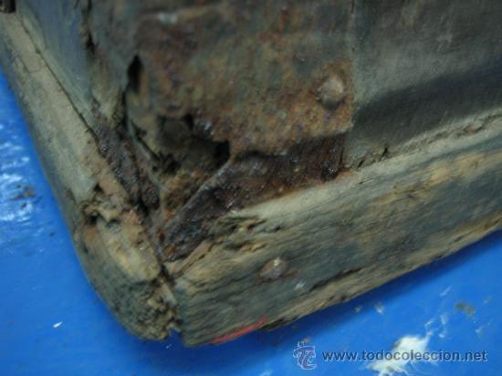 Antigüedades: Baul o Esporton antiguo de Torero. Forrado con el cartel de la retirada de Lagartijo. 44x42x68 cm - Foto 6 - 105631902