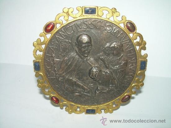 ANTIGUO Y BONITO MEDALLON EN RELIEVE DE PLATA Y LATON...SAN JOSE DE CALASANS. (Antigüedades - Religiosas - Varios)