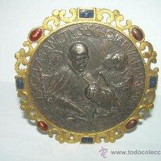 Antigüedades: ANTIGUO Y BONITO MEDALLON EN RELIEVE DE PLATA Y LATON...SAN JOSE DE CALASANS.. Lote 35341809