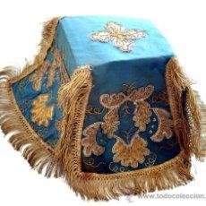 Antigüedades: PALIA O CUBRE CÁLIZ - SEDA BORDADA AZUL TURQUESA Y ORO - RARO - S. XIX. Lote 35376768