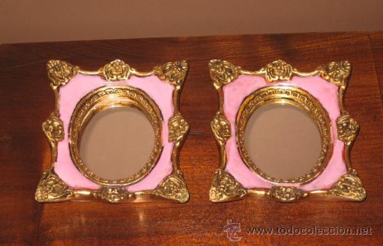 pareja de espejos pequeos con marco de madera pintados a mano con dorados y pasta en rosa malva