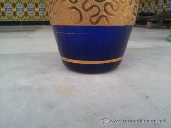 Antigüedades: Antigua botella en cristal azul con bonita decoración en Oro - Foto 4 - 35524434