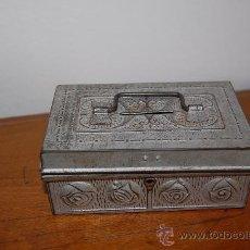 Antigüedades: BONITA CAJA DE AHORROS / HUCHA DE METAL / DECORADA RELIEVES / ÉPOCA. Lote 35496386