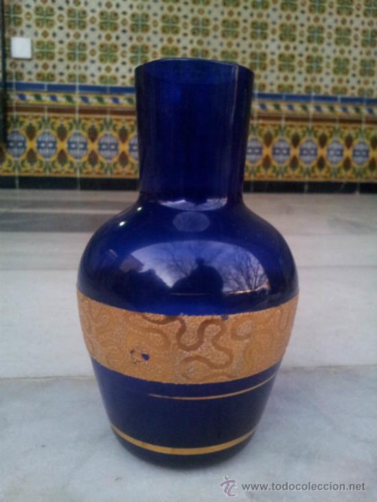 ANTIGUA BOTELLA EN CRISTAL AZUL CON BONITA DECORACIÓN EN ORO (Antigüedades - Cristal y Vidrio - Otros)