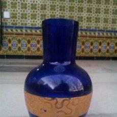 Antigüedades: ANTIGUA BOTELLA EN CRISTAL AZUL CON BONITA DECORACIÓN EN ORO. Lote 35524434