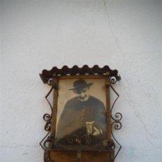 Antigüedades: MARCO DE FOTO DE COLGAR FORJA. Lote 35572044
