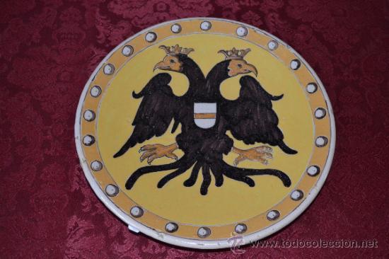 FANTASTICO PLATO CON AGUILA BICEFALA DE TRIANA (SEVILLA) (Antigüedades - Porcelanas y Cerámicas - Triana)