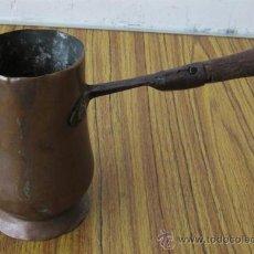 Antigüedades: CHOCOLATERA .. DE COBRE Y MANGO DE MADERA. Lote 35622962