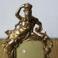 Antigüedades: PORTARETRATO .. DE BRONCE A GRAN RELIEVE .. CON DAMA Y NIÑO. Lote 35627219