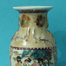 Antigüedades: JARRÓN DE PORCELANA MOTIVOS ORIENTALES. DECORACIÓN EN RELIEVE. ALTURA 20 CM. Lote 35644027