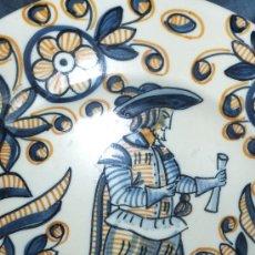 Antiguidades: PLATO CERAMICA TALAVERA CON CABALLERO SIGUIENDO MODELO SERIE TRICOLOR DEL S,XVII FIRMADO S MORA . Lote 83977567