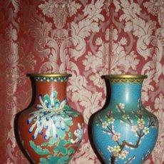 Antigüedades: BONITA PAREJA DE JARRONES ORIENTALES - EN ESMALTE CLOISSONE CON PEANA - AÑOS 50. Lote 35652405