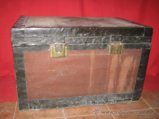 BAÚL DE VIAJE DE MADERA FORRADO, PARA RESTAURAR. (Antigüedades - Muebles Antiguos - Baúles Antiguos)