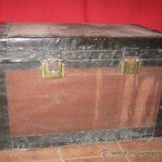 Antigüedades: BAÚL DE VIAJE DE MADERA FORRADO, PARA RESTAURAR.. Lote 35684587