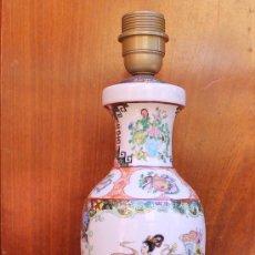 Antigüedades: ANTIGUO PIE DE LAMPARA EN PORCELANA CHINA SOBRE PEANA BASE DE MADERA. Lote 38770324