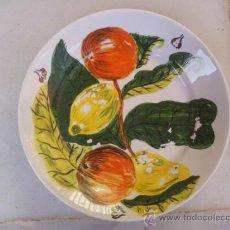 Antigüedades: ANTIGUO PLATO SAN CLAUDIO PINTADO A MANO CON MARCAS TENERIFE POTTERY - JOSÉ 26-9-66. Lote 35734575