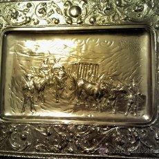 Antigüedades: BANDEJA METÁLICA CON IMAGEN DE CARRO CON PRESO. Lote 35763697