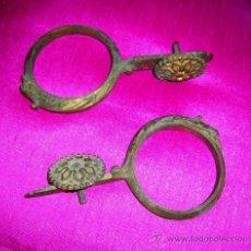 Antigüedades: RECOGEDORES 2. FIJA CORTINAS. ANTIGUAS S/1890. HIERRO FUNDIDO Y DORADO. ENVÍO PAGADO... Lote 36197990