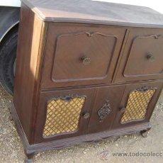 Antigüedades: MUEBLE APARADOR PARA APARATO DE MUSICA. Lote 35834873