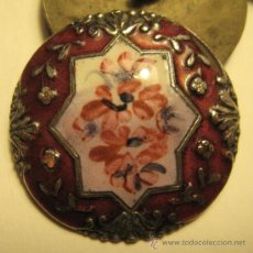 Antigüedades: CINCO BOTONES. ESMALTE SOBRE PLATA? EN RELIEVE. SIGLO XIX. DIÁM. 2,8 CM. Lote 35840882