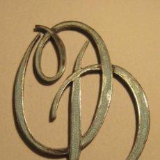 Antigüedades: INICIALES O Y D ENLAZADAS. METAL CON ESMALTE AZUL CLARO. 3,2 X 2,3 CM. Lote 35841056