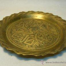 Antigüedades: BANDEJA MARROQUI DE LATON GRABADO. Lote 35862068
