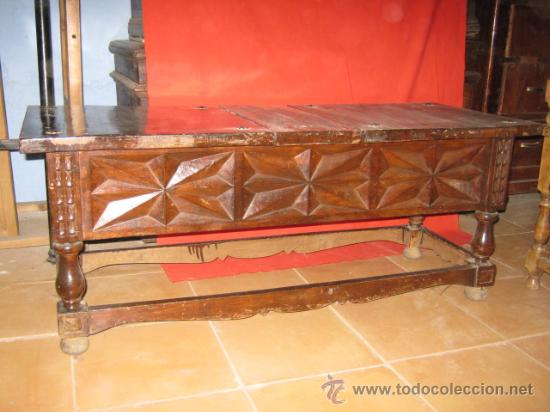 Antigüedades: Mesa baja de nogal con precioso tallado en los laterales. - Foto 5 - 26113587