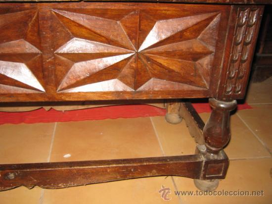 Antigüedades: Mesa baja de nogal con precioso tallado en los laterales. - Foto 4 - 26113587