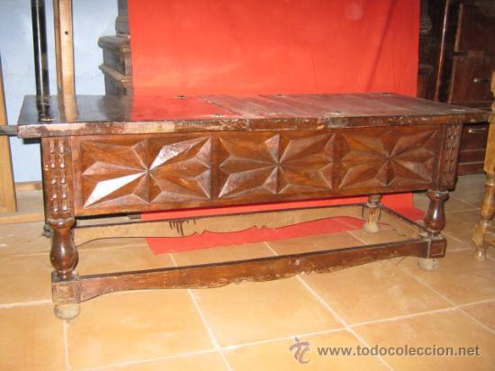 MESA BAJA DE NOGAL CON PRECIOSO TALLADO EN LOS LATERALES. (Antigüedades - Muebles Antiguos - Mesas Antiguas)