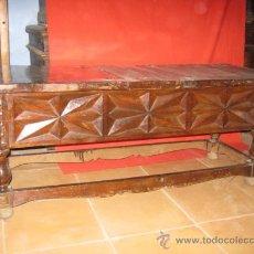 Antigüedades: MESA BAJA DE NOGAL CON PRECIOSO TALLADO EN LOS LATERALES.. Lote 26113587