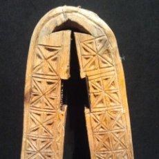 Antigüedades: CASCAPIÑONES PASTORIL DE MADERA TALLADA.. Lote 35909296