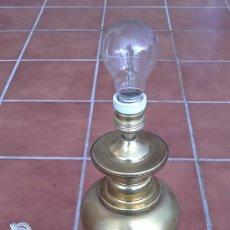LAMPARA DE MESA DE BRONCE.BASE METRAQUILATO