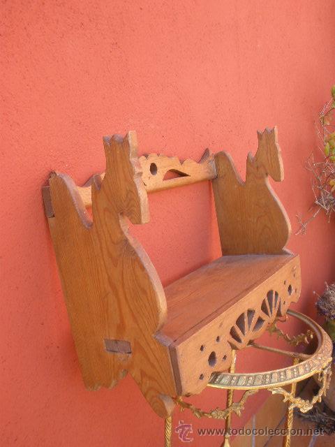 PEQUEÑA ESTANTERIA DE PINO, CON CABEZAS DE CABALLO EN LOS LATERALES (Antigüedades - Muebles Antiguos - Repisas Antiguas)
